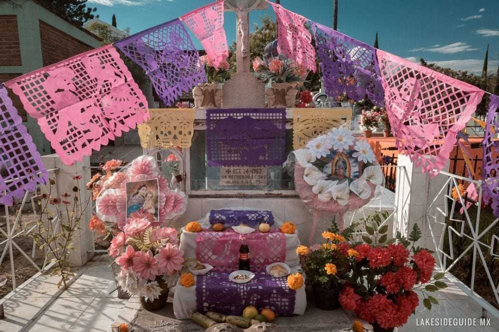 An altar on a grave in Chapala.